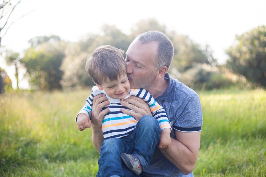 Papa et son fils lors d'une seance photo en exterieur