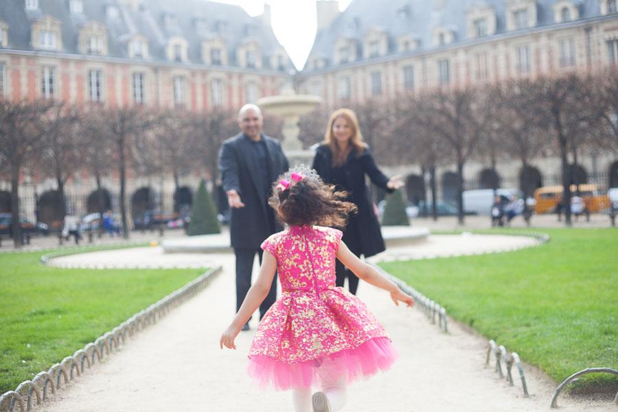 Petite fille courant vers ces parents lors d'une seance photos