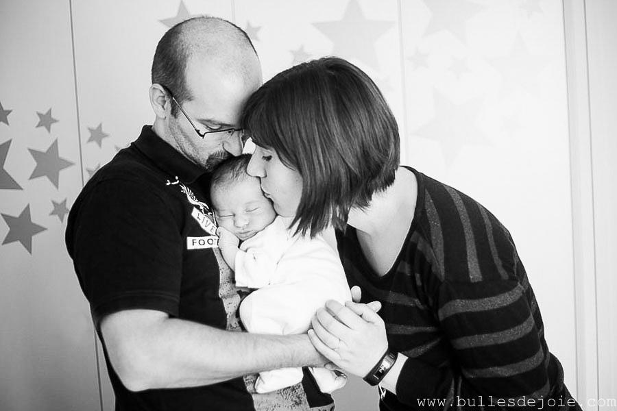 Couple de jeunes parents et leur nouveau-né