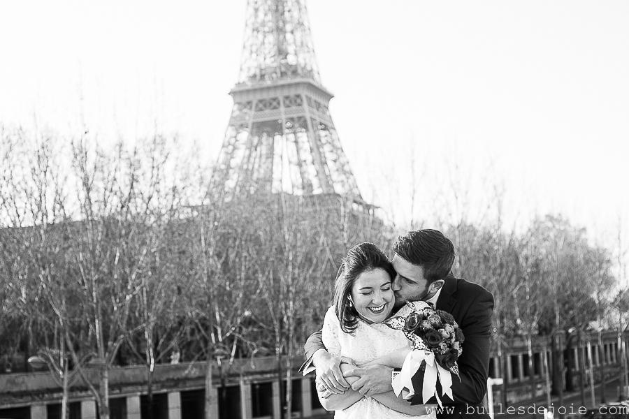 Homme enlaçant sa femme devant la Tour Eiffel | Bulles de Joie Photographie, photographe de gens joyeux