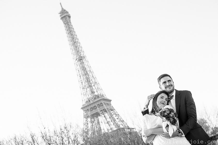 Couple enlacé devant la Tour Eiffel | Bulles de Joie Photographie, photographe d'amoureux à Paris