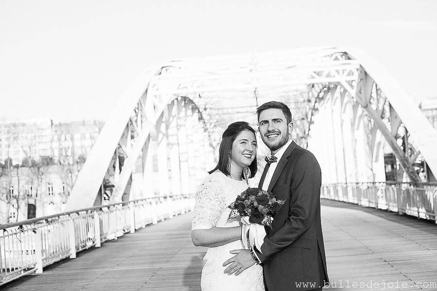 Couple regardant dans la même direction | Mariage civil | Séance photo romantique et fun | Bulles de Joie Photographie, photographe Paris