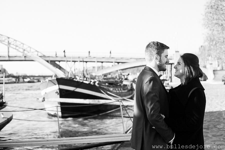 Couple se regardant amoureusement sur les quais de Seine | Bulles de Joie Photographie, photographe romantique Paris