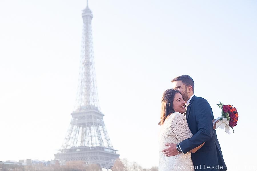 Couple d'amoureux s'enlacant devant la Tour Eiffel | Bulles de Joie Photographie, photographe de gens joyeux Paris