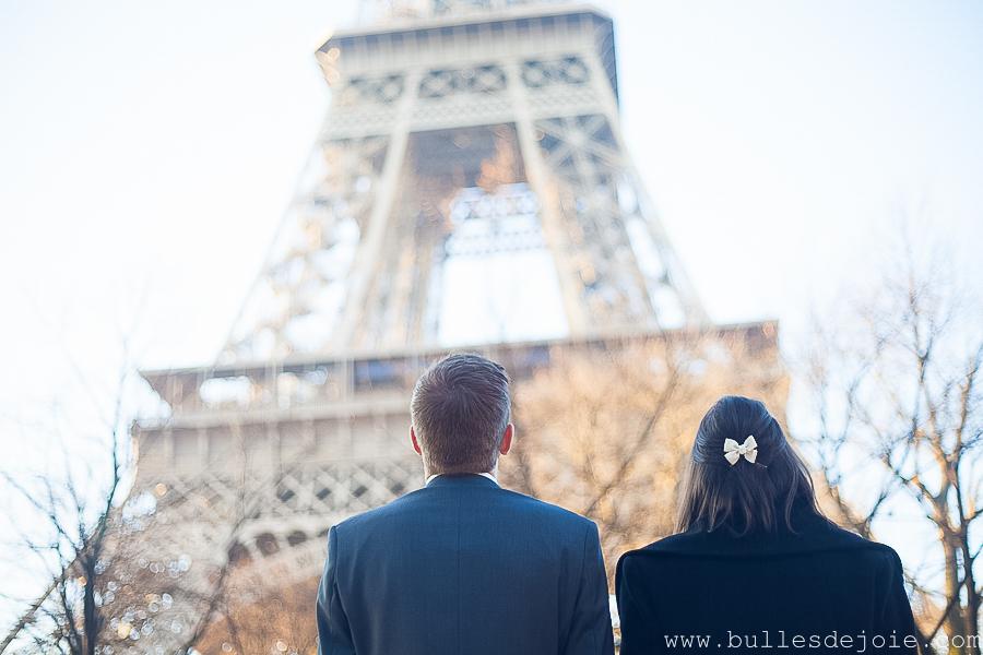 Couple d'amoureux admirant la Tour Eiffel | Bulles de Joie Photographie, photographe Paris