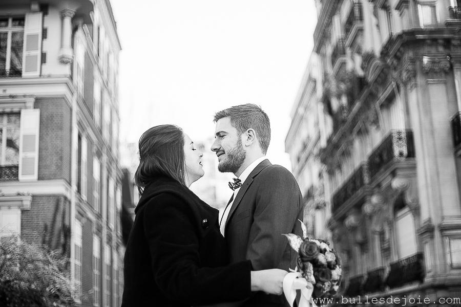 Photo en noir et blanc d'un couple d'amoureux dans les rues de Paris | Bulles de Joie Photographie, photographe Paris
