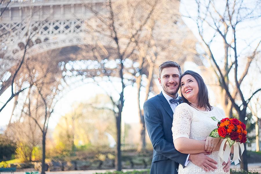 Couple enlacé devant la Tour Eiffel | Bulles de Joie Photographie, photographe couple Paris