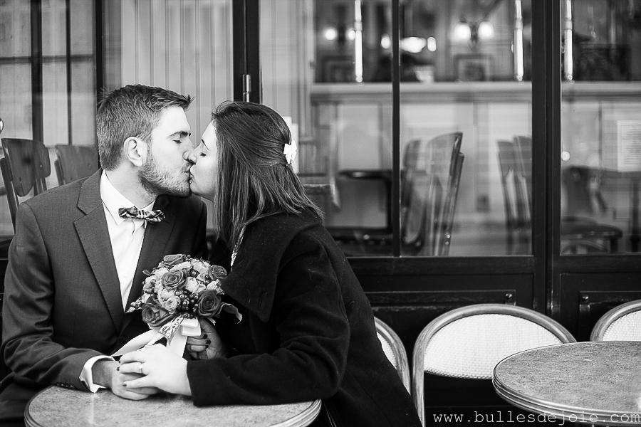 Baiser à la terrasse d'un café parisien | Bulles de Joie Photographie, photographe d'amoureux àParis