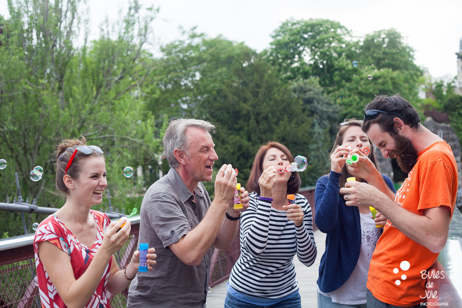 S'amuser avec des bulles de savon en famille | Bulles de Joie Photographie, photographe Paris