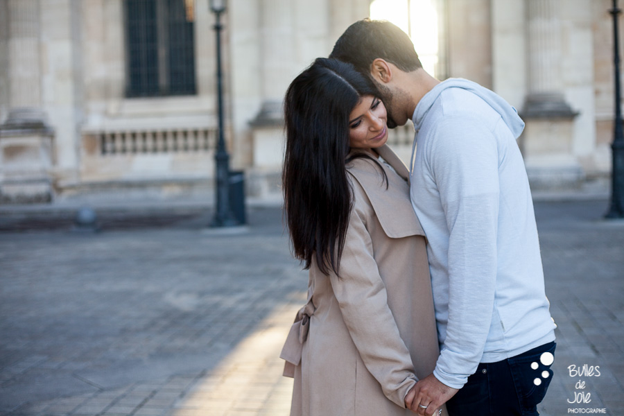 shooting photo couple : jeune couple s'enlaçant dans les rues de Paris