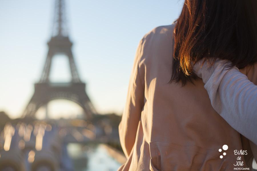 Couple d'amoureux regardant le lever du soleil à la Tour Eiffel