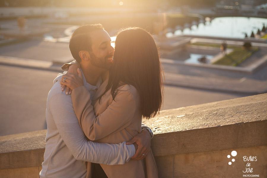 Couple d'amoureux s'embrassant au Trocadéro
