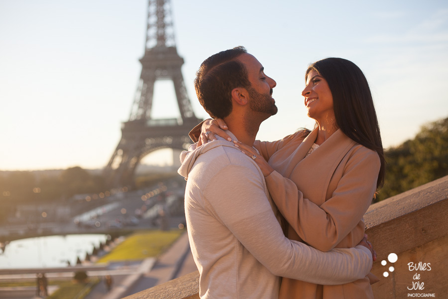 Shooting photo couple au pied de la Tour Eiffel
