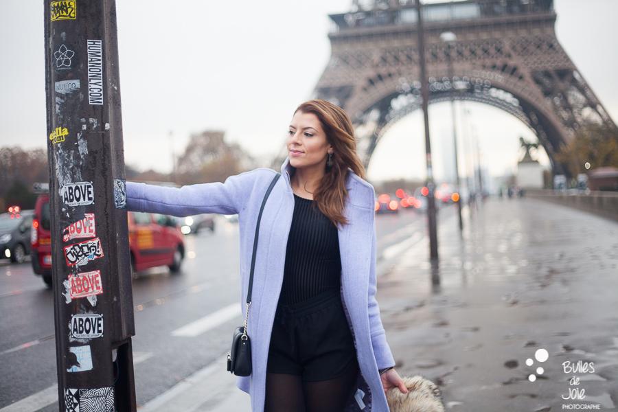 Portrait solo devant la Tour Eiffel Paris | Photo de Bulles de Joie, en voir plus : http://www.bullesdejoie.net/2016/12/19/photographe-portrait-solo-paris/?lang=fr