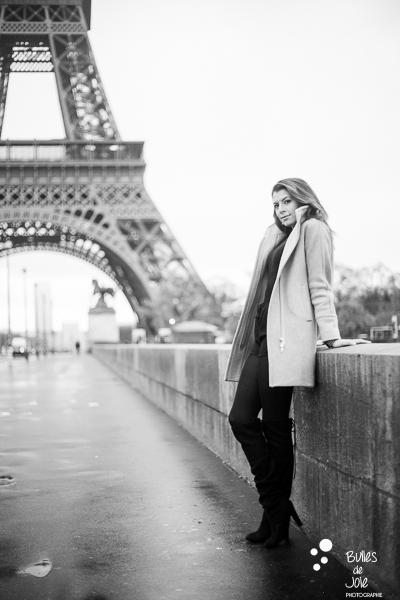 Portrait solo en noir et blanc devant la Tour Eiffel Paris | Photo de Bulles de Joie, en voir plus : http://www.bullesdejoie.net/2016/12/19/photographe-portrait-solo-paris/?lang=fr
