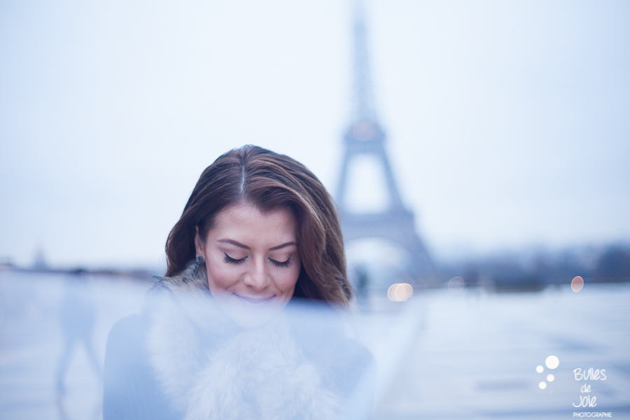 La demoiselle au parapluie   Image de Bulles de Joie, en voir plus : http://www.bullesdejoie.net/2016/12/19/photographe-portrait-solo-paris/?lang=fr