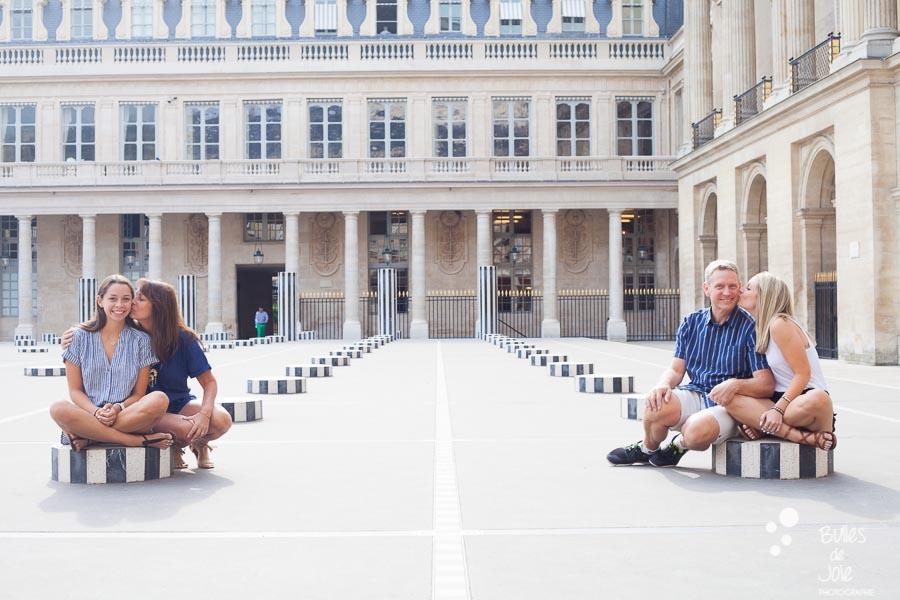 This family portrait illustrates the blog post written by the photographer Bulles de Joie about a paris family photoshoot at the Jardins du Palais Royal and more exactly at colonnes de Buren