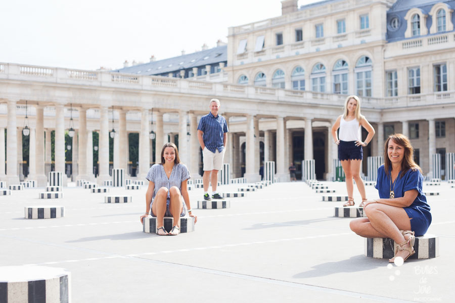 This family portrait illustrates the blog post written by the photographer Bulles de Joie about a paris family photoshoot louvre at the Jardins du Palais Royal and more exactly at colonnes de Buren