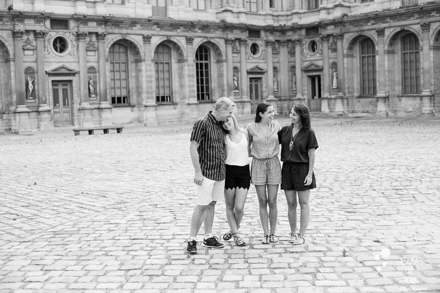 Family portrait to illustrate the blog post: paris family photoshoot louvre by Bulles de Joie, paris photographer