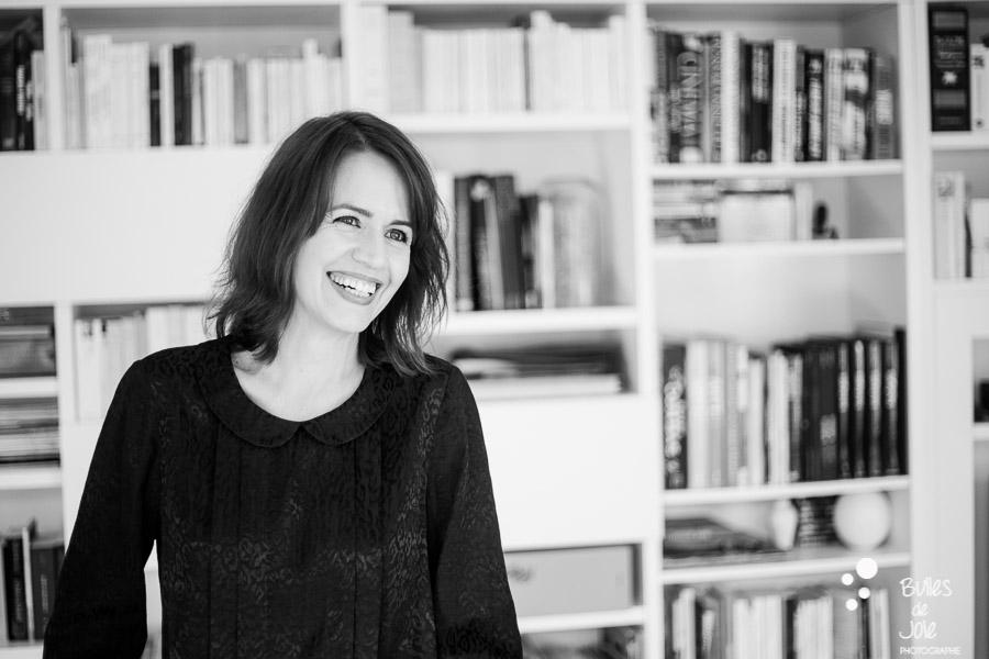 Portrait of a smiling woman. Black and white portrait to illustrate the blog post: Personal Branding Portrait Session in Paris by Bulles de Joie, portrait photographer paris. See more at: