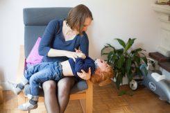 Maman rigolant avec son fils - Photographe grossesse et famille - Bulles de Joie