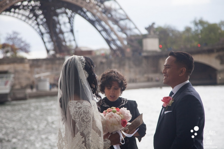 Elopement in Paris at the Eiffel Tower: exhange of vows. More photos: