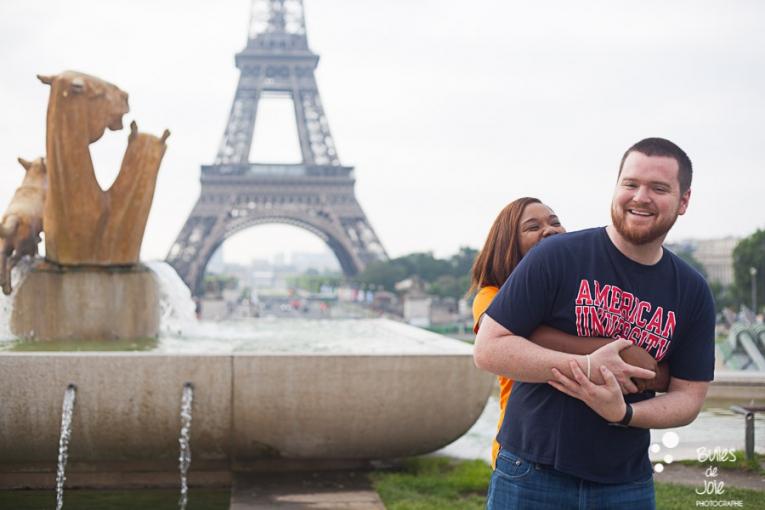 Woman surprising her boyfriend. Couple photo session Trocadero by Bulles de Joie, paris photographer of Happy People. More photos: