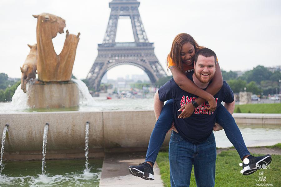 Woman on her boyfriend's back. Couple photo session Trocadero by Bulles de Joie, paris photographer of Happy People. More photos: