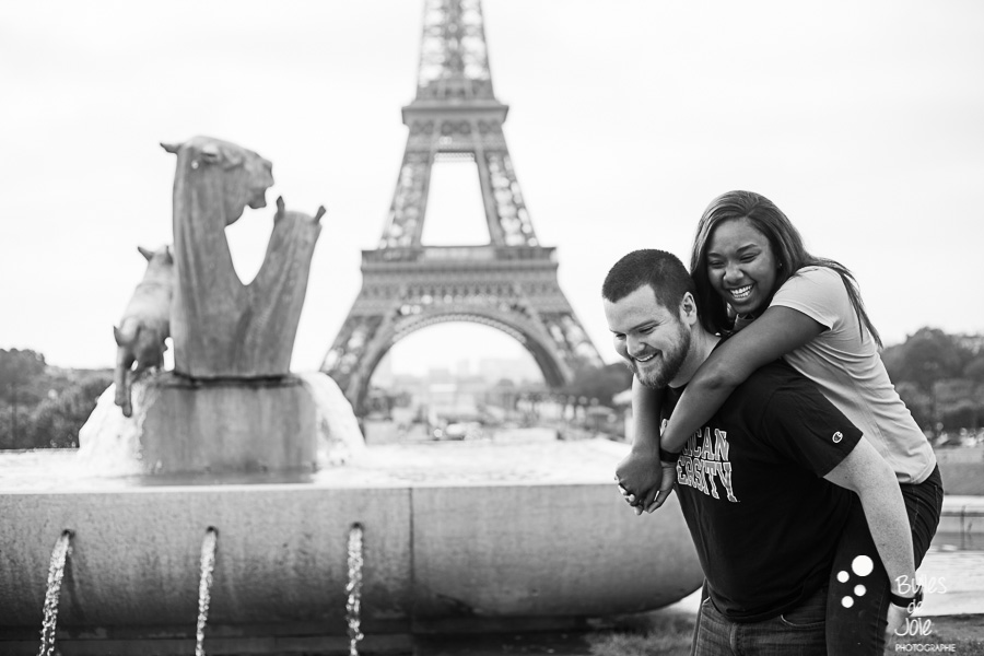 Woman on her boyfriend's back, black and white picture. Couple photo session Trocadero by Bulles de Joie, paris photographer of Happy People. More photos: