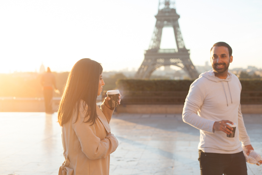 Lovers having a coffee on the Trocadero, Eiffel Tower. Photo captured by Bulles de Joie, Engagement & family photographer in Paris.