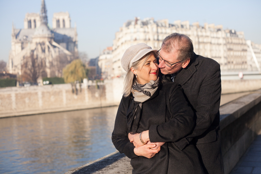 Lovers celebrating their 40th wedding anniversary with a photoshoot at Notre-Dame in Paris. Photo captured by Bulles de Joie, Engagement & family photographer in Paris.