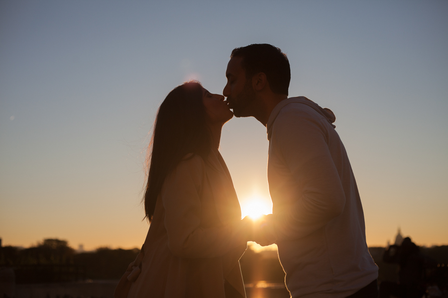 Lovers kissing at sunrise. Photo captured by Bulles de Joie, Engagement & family photographer in Paris.