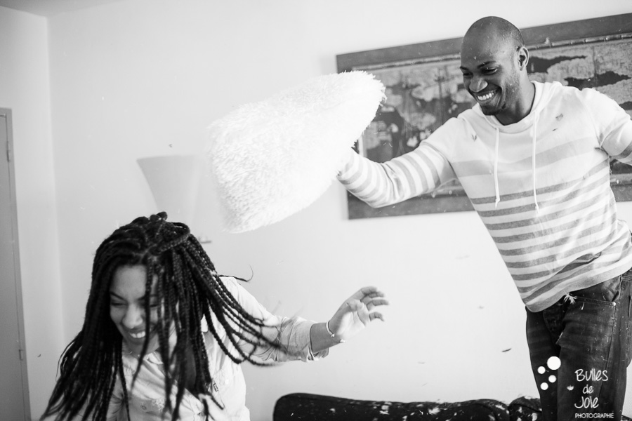 Pillow fight couple, indoor photo session captured by the paris photographer: Bulles de Joie. More photos: http://www.bullesdejoie.net/en/2017/07/31/pillow-fight-couple/