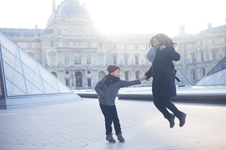 Family photoshoot at the Louvre. Captured by Bulles de Joie, Paris family photographer.