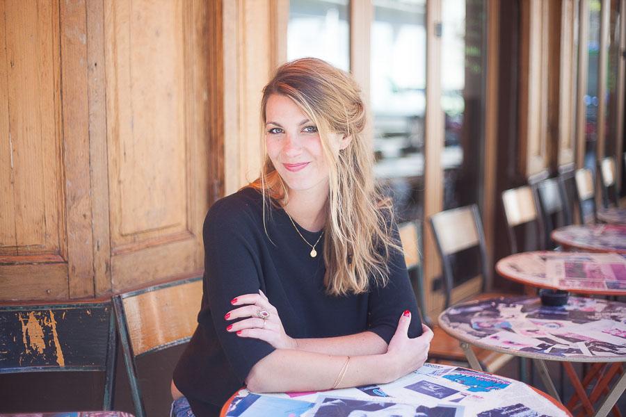 Portrait professionnel décontracté d'une entrepreneuse, dans un bar, pour une photo de profil sur un site Internet