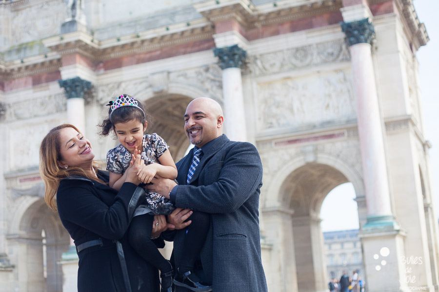 Family photo session at the Louvre - by the professional photographer Bulles de Joie