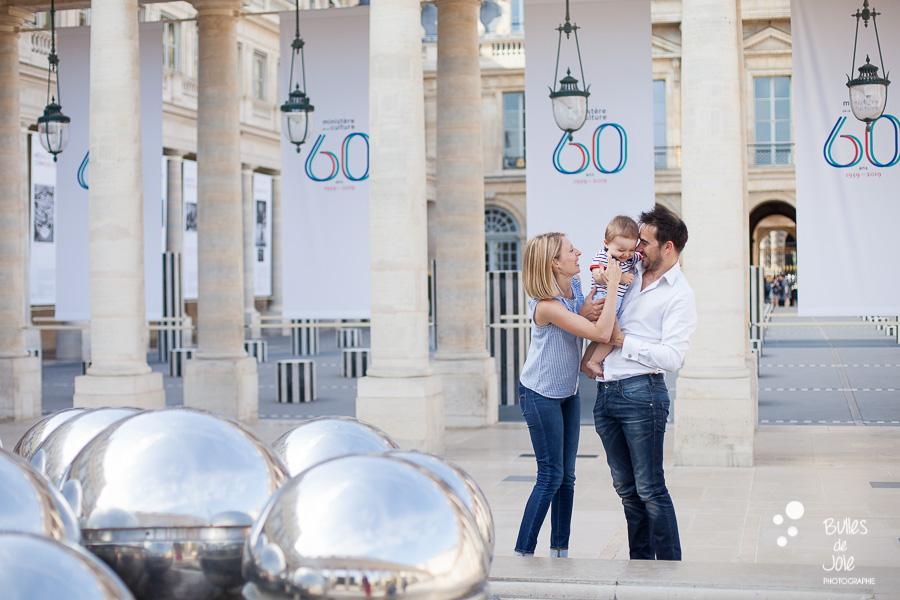 Séance photos en famille au Palais Royal à Paris