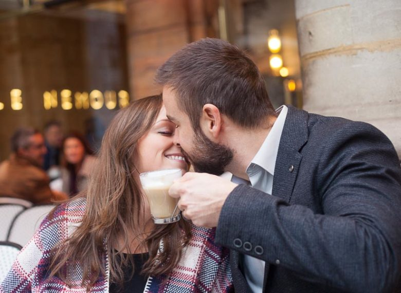 Photo romantique couple d'amoureux - café parisien