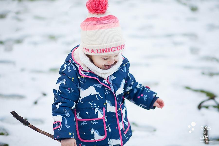 Shooting photo enfant dans la neige