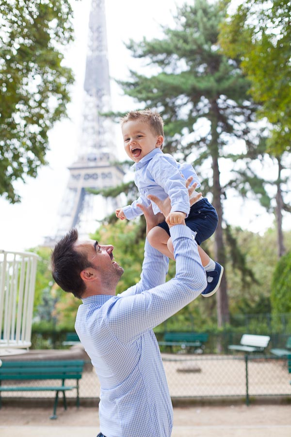 Shooting photo en famille à la Tour Eiffel, Paris