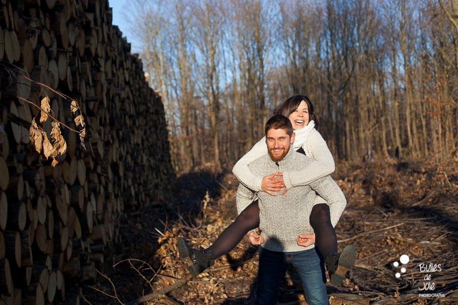 Shooting couple fun et complice en forêt, Ile-de-France