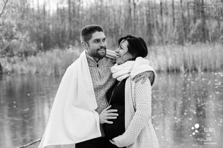 Photographe grossesse taverny au bord d'un étang