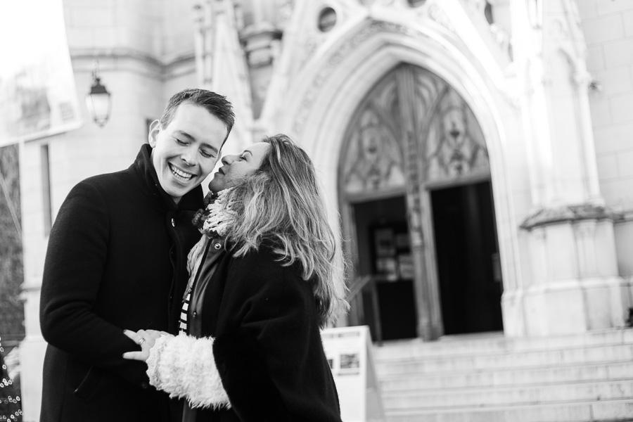 seance photo joyeuse dans les rues de paris en hiver