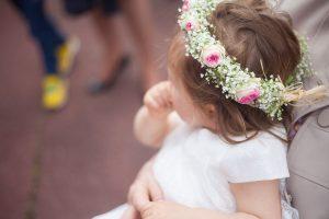 Petite fille portant une couronne de fleurs à son baptême