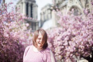 Séance portrait au Printemps, devant les cerisiers en fleurs roses