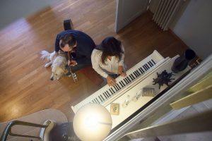 Seance photo en famille autour du piano