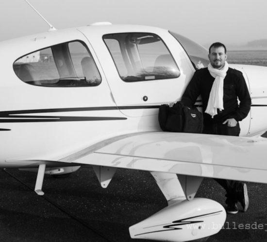 Book photo homme pour un aviateur. Photo prise par Bulles de Joie, photographe spécialiste des portraits à Paris.