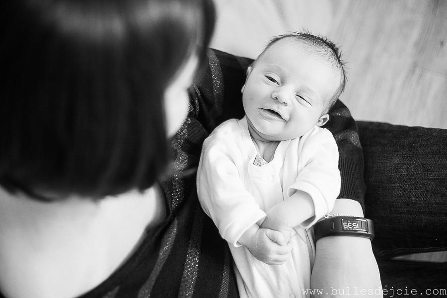Clin d'oeil de nouveau-né | Bulles de Joie Photographie, photographe de gens joyeux àParis