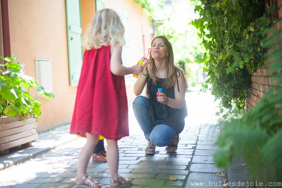 Maman faisant des bulles avec ses filles