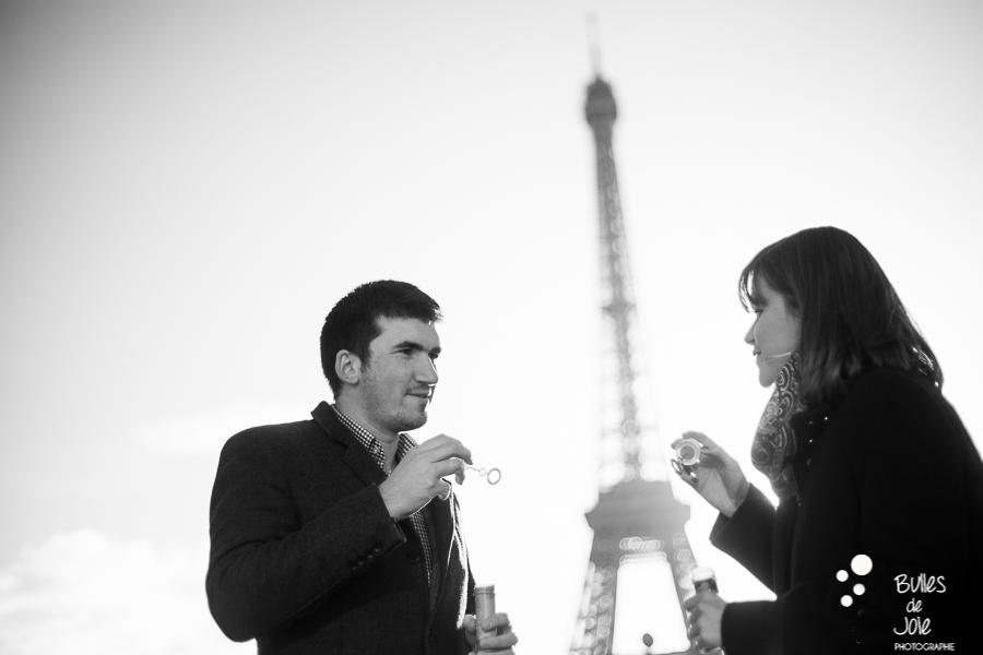 Séance photos joyeuse et fun à Paris pour la St Valentin | Bulles de Joie Photographie, photographe de gens joyeux